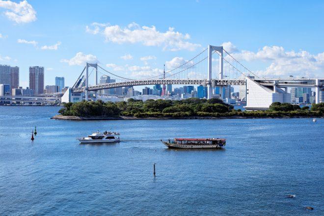 東京湾に浮かぶ屋形船とクルーザー
