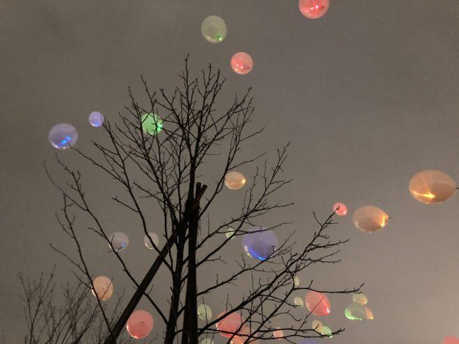 カラフルな風船が空へ飛んでいく様子