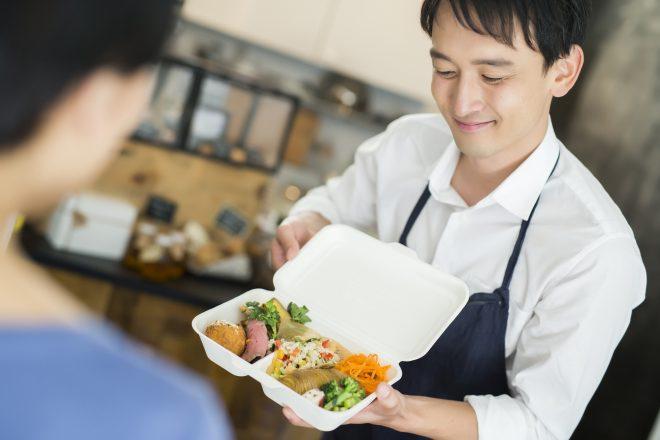 お弁当の中身を確認する人