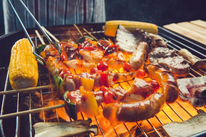 お肉や野菜を焼いている
