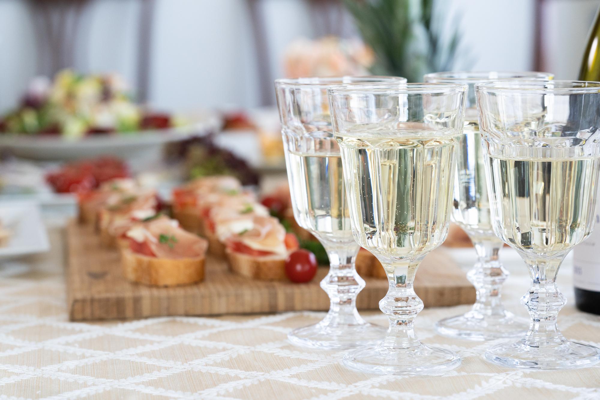 食事とグラスが並べられている