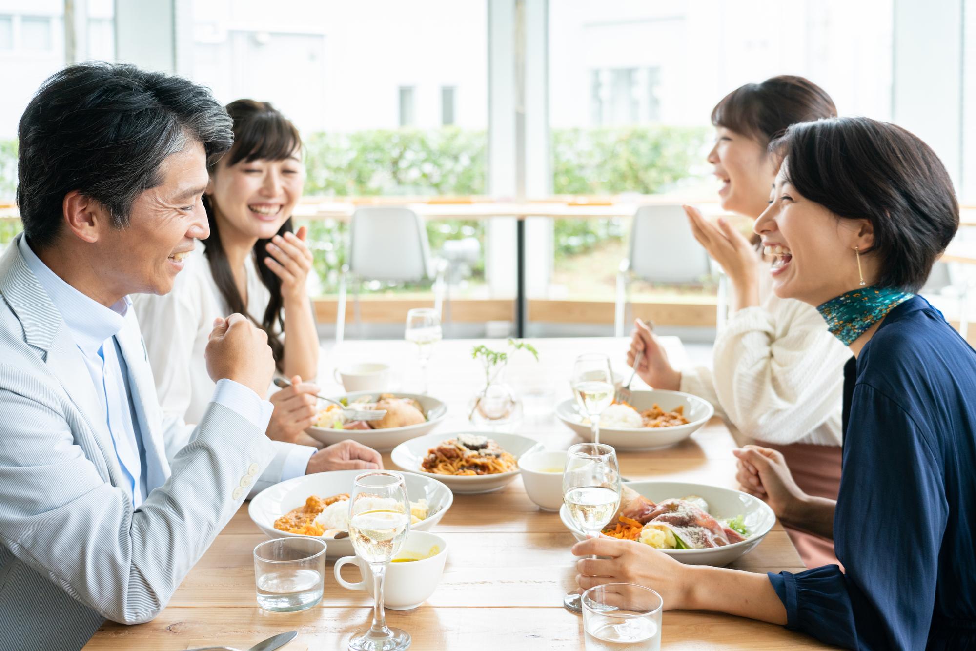 新年会の企画を立案する男性と女性陣