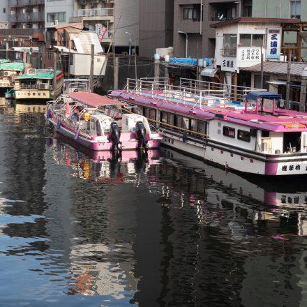 川沿いにある数々の屋形船