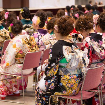 成人式に出席する着物を着た女性