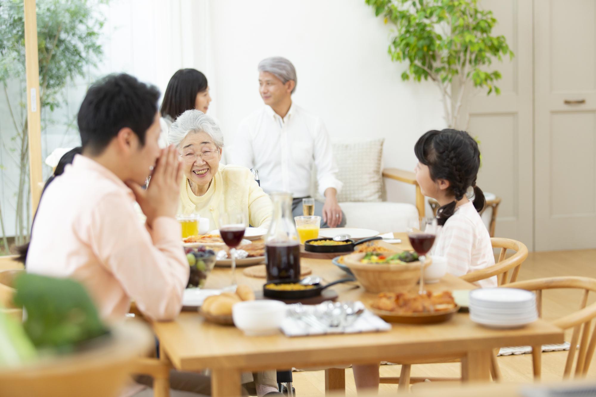 家族と親戚でホームパーティのシーン