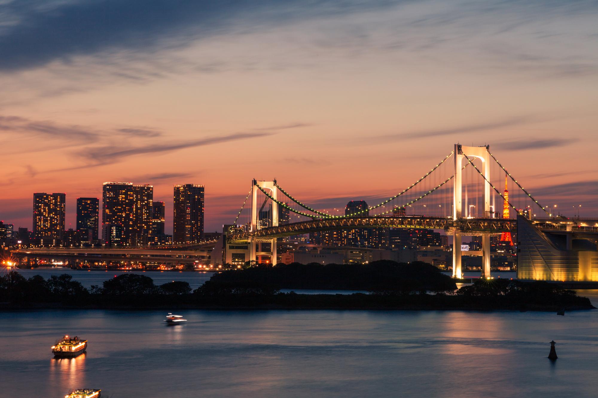 夕焼けのレインボーブリッジと屋形船