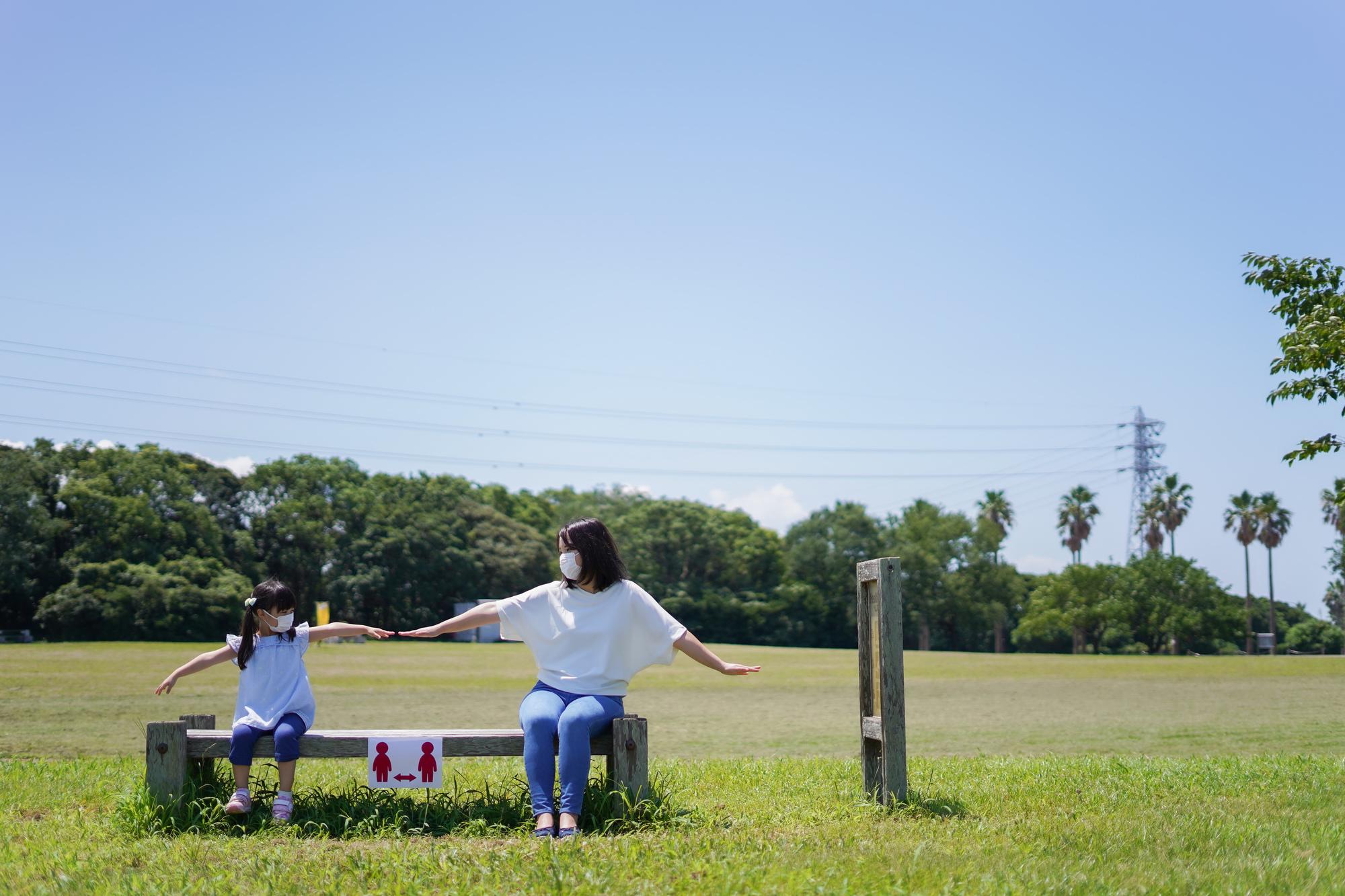 子どもと大人が距離を取るソーシャルディスタンスの形
