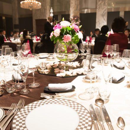 大きな会場で開催された会食シーン
