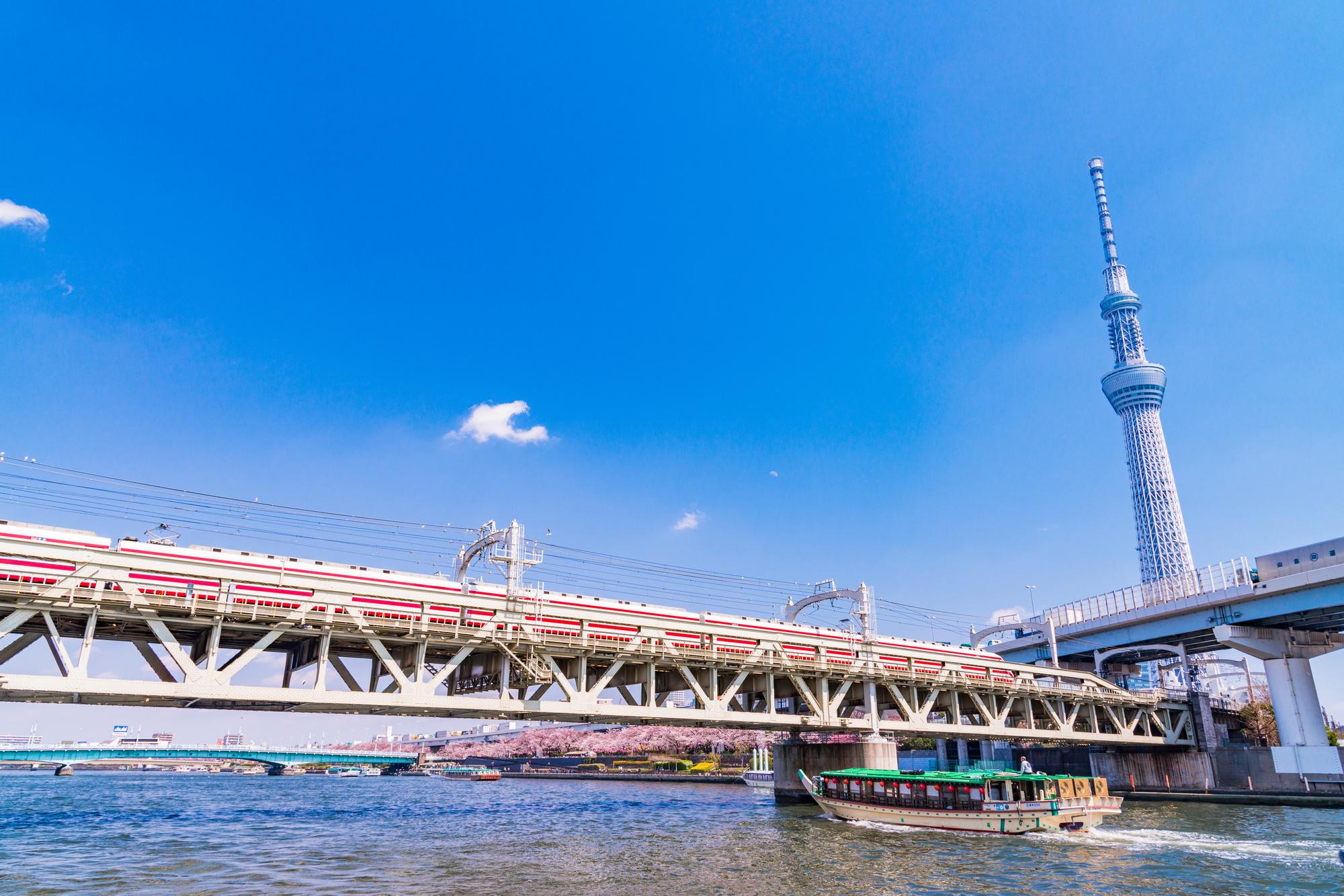スカイツリーと隅田川。そして屋形船