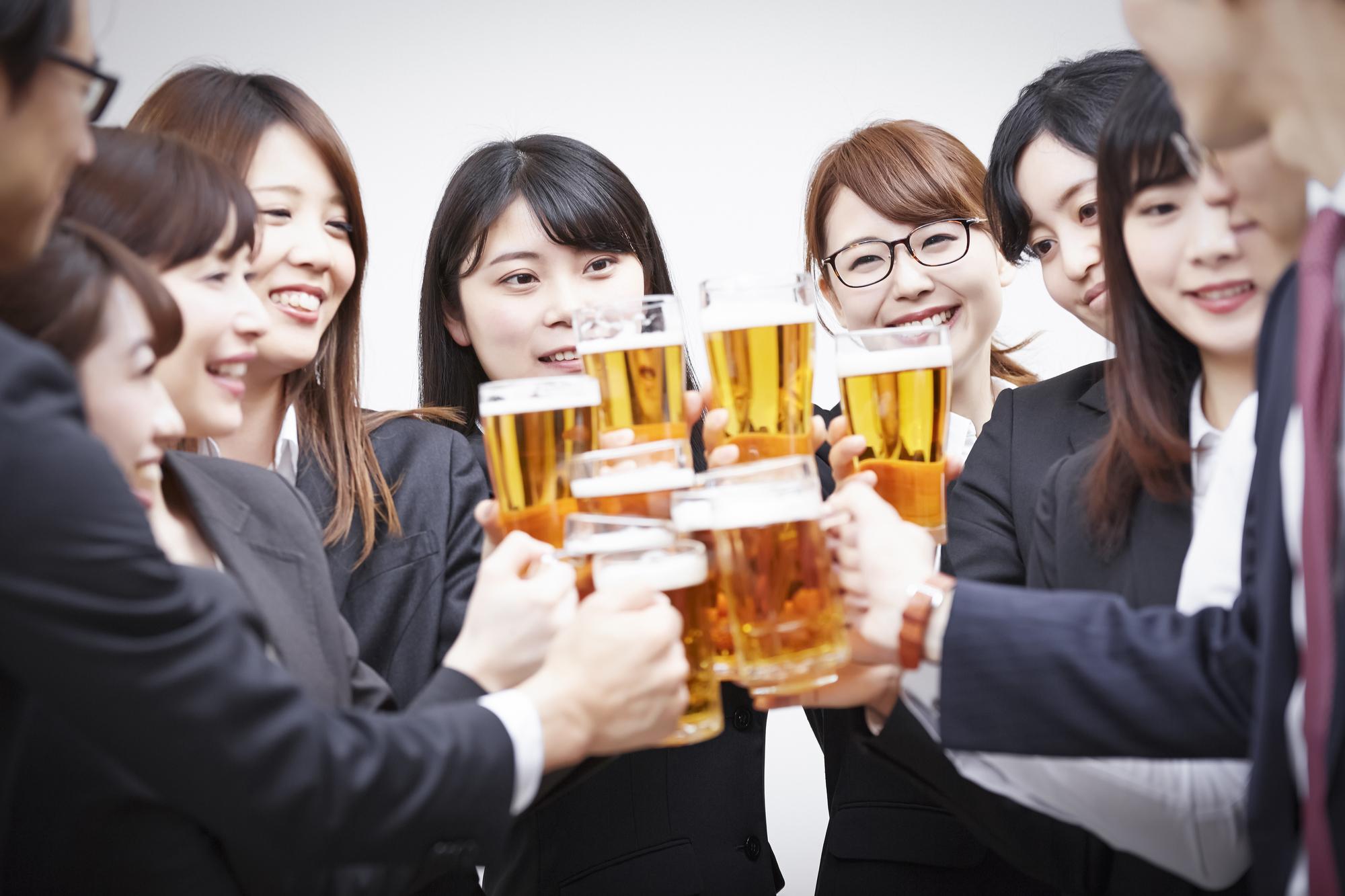 多くの女性が集まる飲み会シーン
